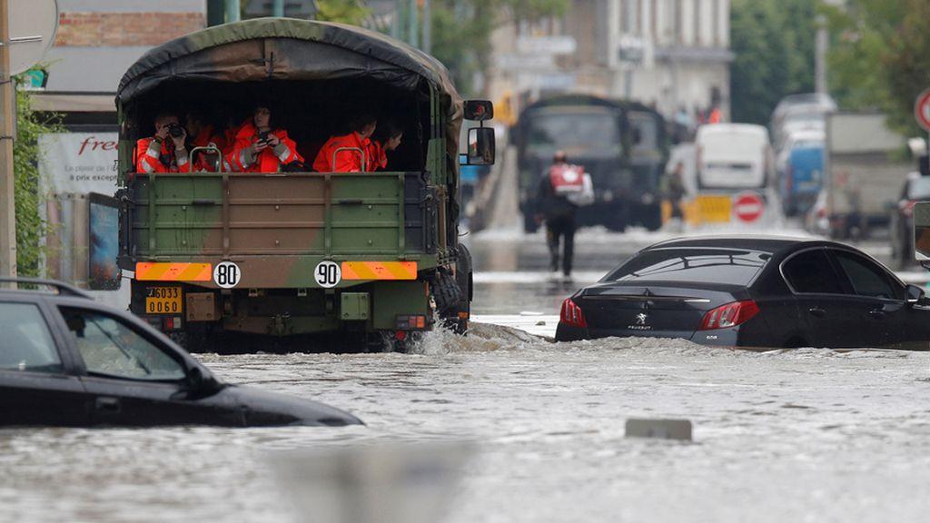 La Cruz Roja y el Ejército, en auxilio de los parisinos por la crecida del Sena