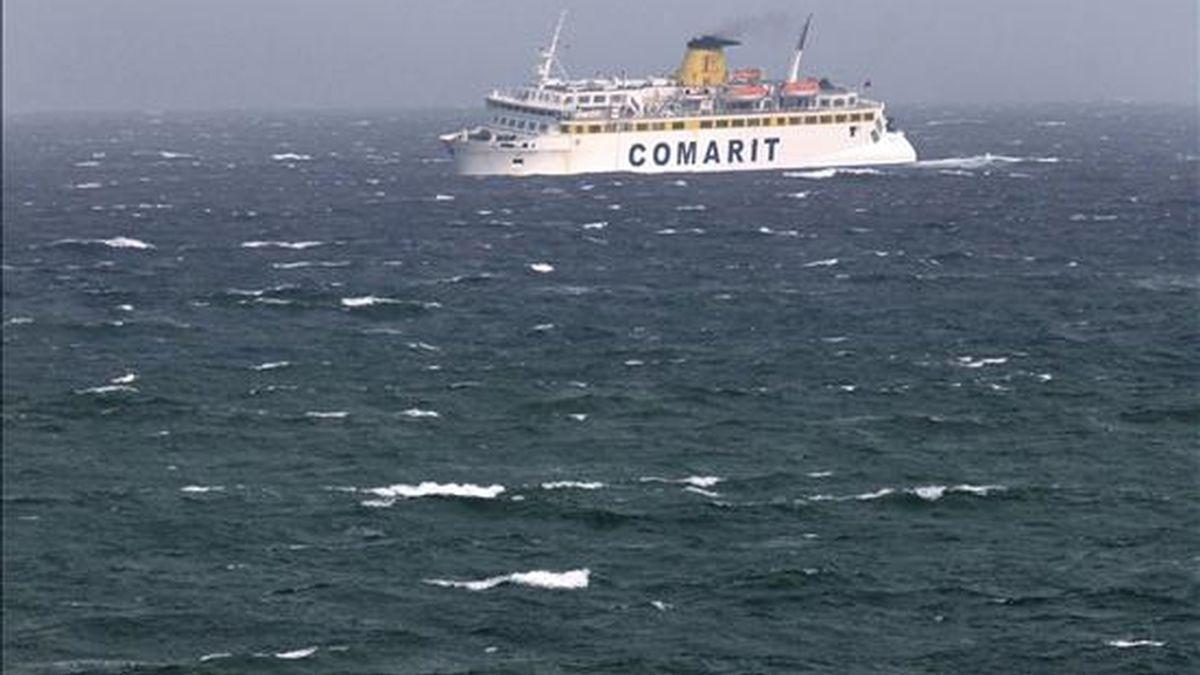 Imagen de un ferry cruzando el Estrecho de Gibraltar. EFE/Archivo