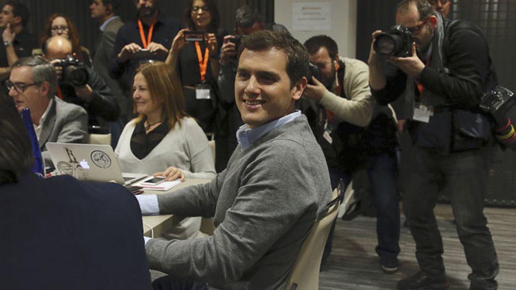 Albert Rivera con los miembros de su candidatura en el hotel Eurobuilding de Madrid