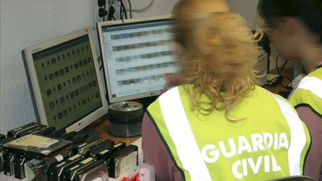 Dos guardias civiles revisan un ordenador durante una operación contra la pornografía infantil. EFE/Archivo