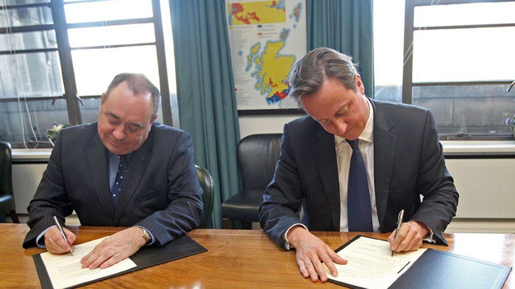 El primer ministro británico, David Cameron, y el ministro principal escocés, Alex Salmond, firman el acuerdo para la celebración, en 2014, del referéndum sobre la independencia de Escocia