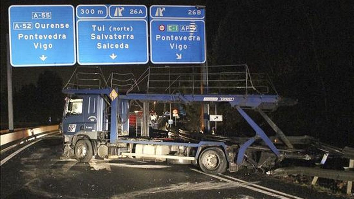 El accidente sin víctimas de un camión ha cortado durante más de cuatro horas la A-55 la pasada madrugada. El suceso se produjo en el kilómetro 27 en sentido Vigo desde Tui, al impactar el vehículo contra la mediana en un tramo curvo. EFE/Sxenick