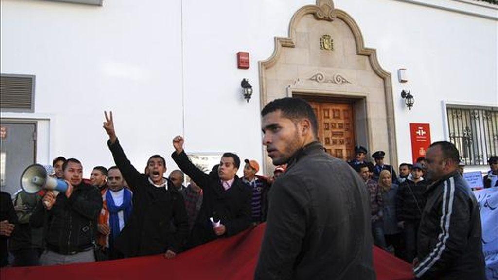 """Alrededor de un centenar de personas, ante la sede del Instituto Cervantes en Rabat para reivindicar la """"marroquinidad"""" de Ceuta y Melilla, así como del Sahara Occidental, en una protesta que se restringió a la capital de Marruecos pese a que en principio les iba a llevar hasta Ceuta. EFE"""