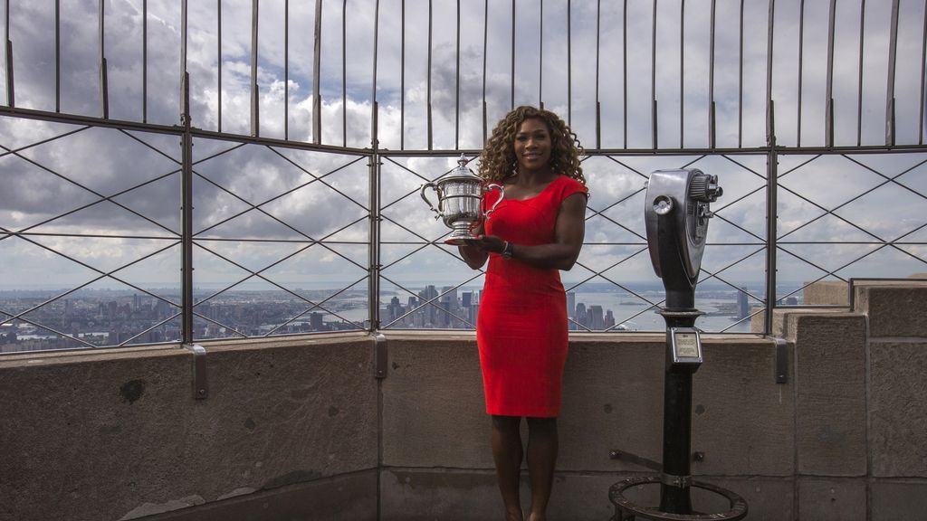 Serena Williams con el trofeo del U. S Open en el Empire State