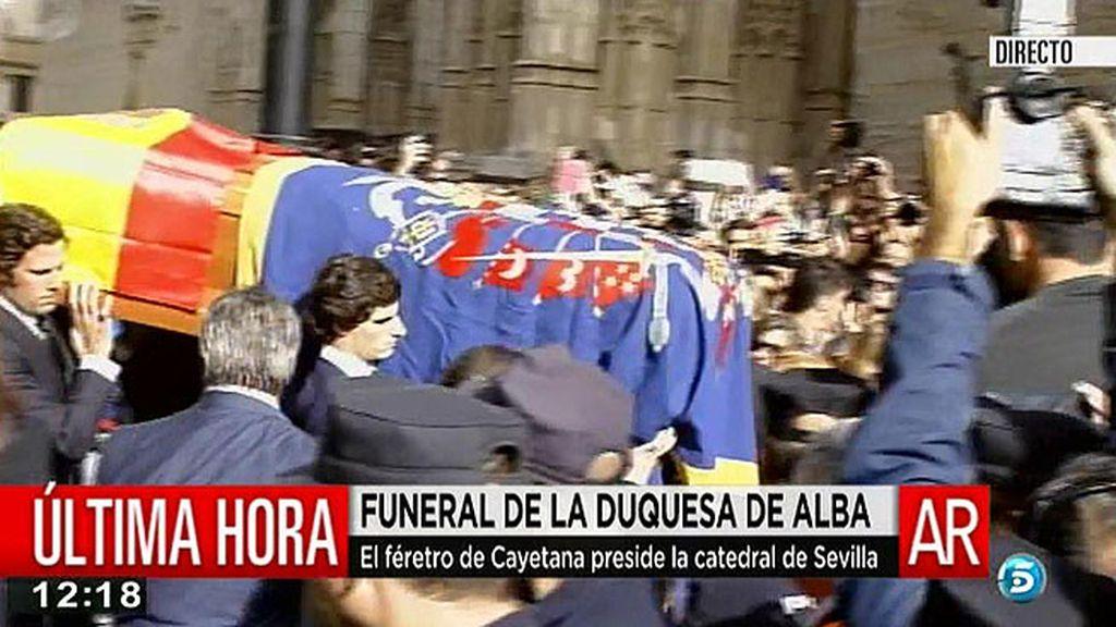 Los nietos de doña Cayetana portan el féretro hacia la Catedral
