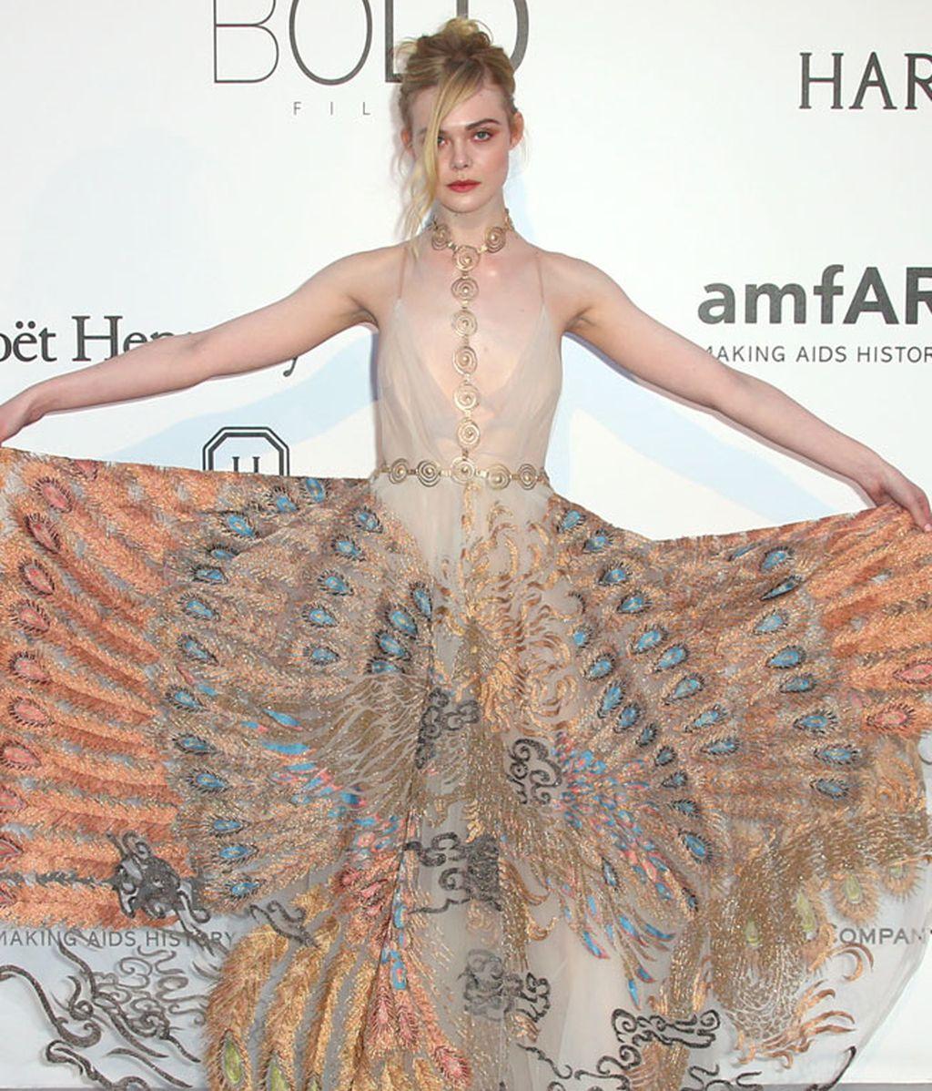 Elle Fanning y su vestido con falda de seda de Valentino