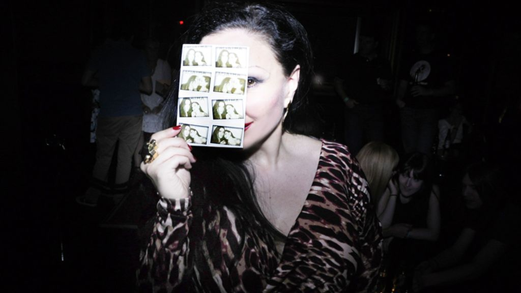 Alaska nos enseña las fotos que se sacó con su marido en el fotomatón