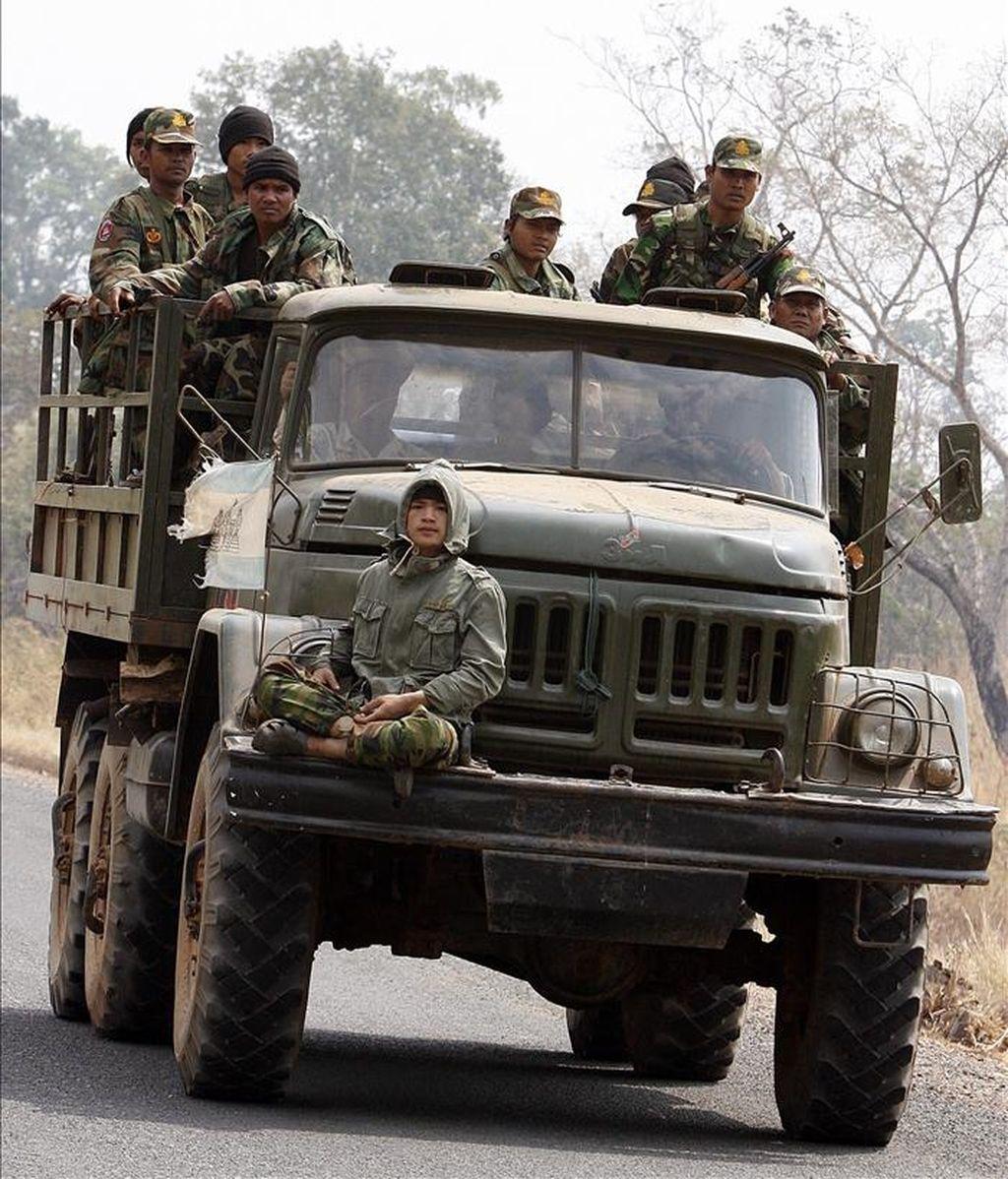 Fotografía de archivo del 8 de febrero de 2011 que muestra a soldados camboyanos en un camión militar mientras viajan cerca al templo de Preah Vhear en la provincia de Preah Vihear (Camboya). Nuevos choques entre tropas camboyanas y tailandesas se han presentado hoy cerca a un templo a cien kilómetros de Preah Vihear, conocido como Ta Krabei en Camboya y como Ta Kwai en Tailandia. EFE
