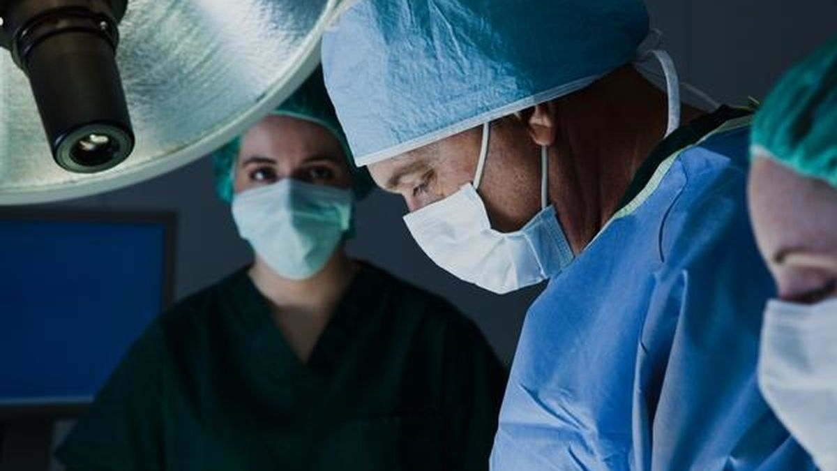 Cirujanos en quirófano. Foto: GTRES