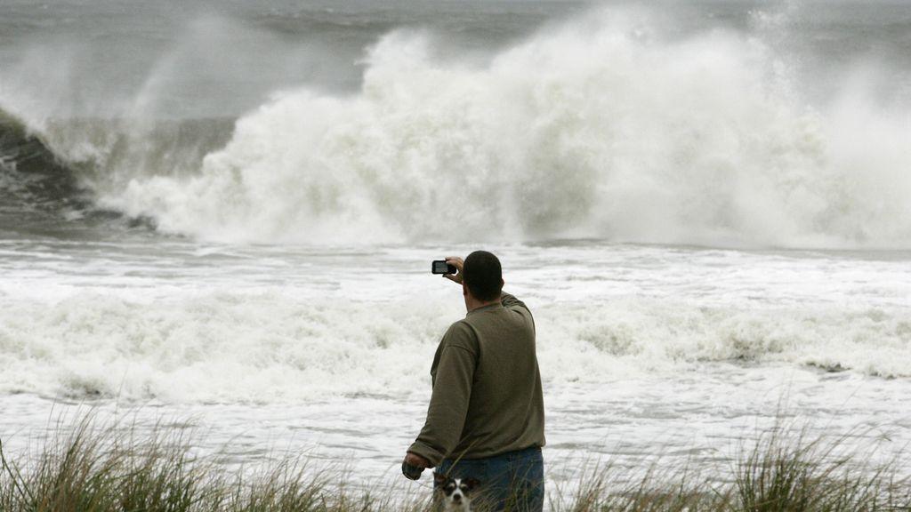 Un hombre y su perro fotografían el huracán Sandy