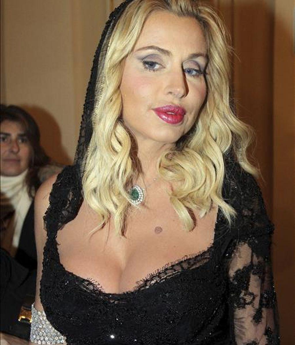 La actriz italiana Valeria Marini posa para los medios a su llegada a La Scala de Milán. EFE