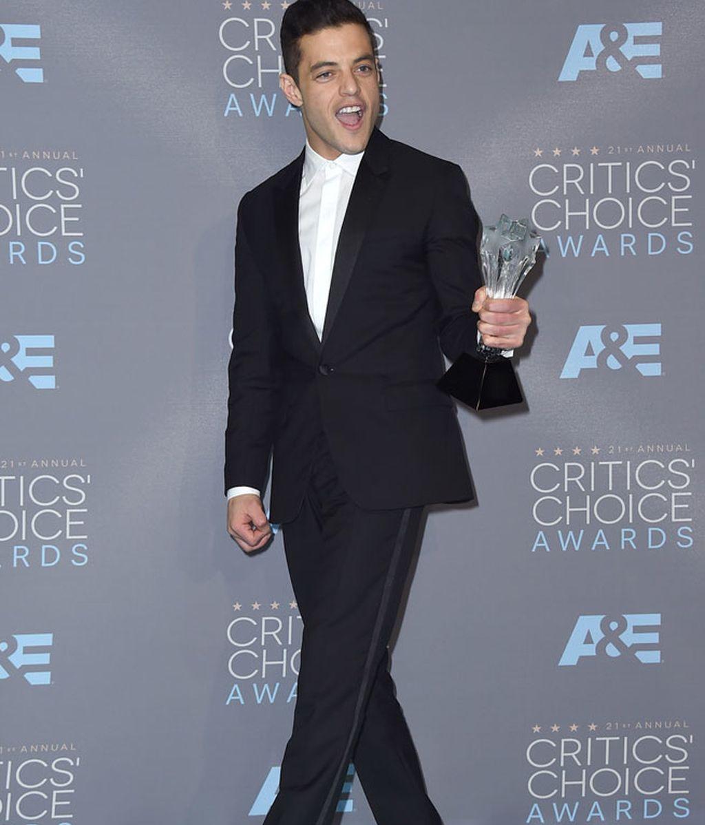 Rami Malek con un original traje