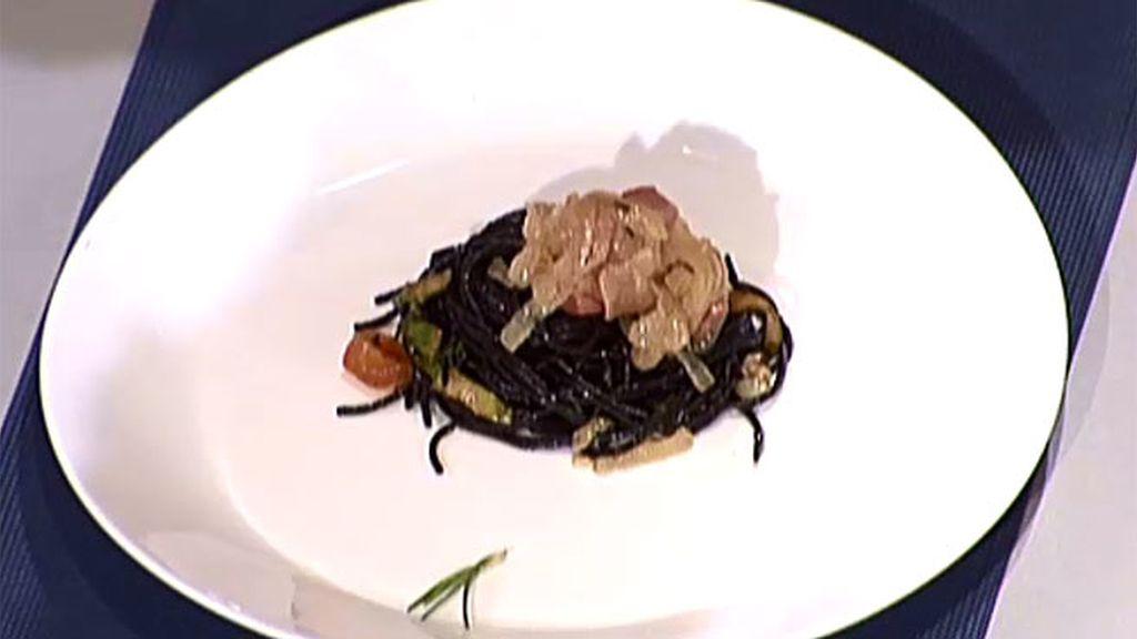 Taquitos de atún encebollado con espaguetis de tinta