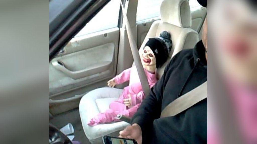 Multado por conducir por el carril VAO con un muñeco diabólico
