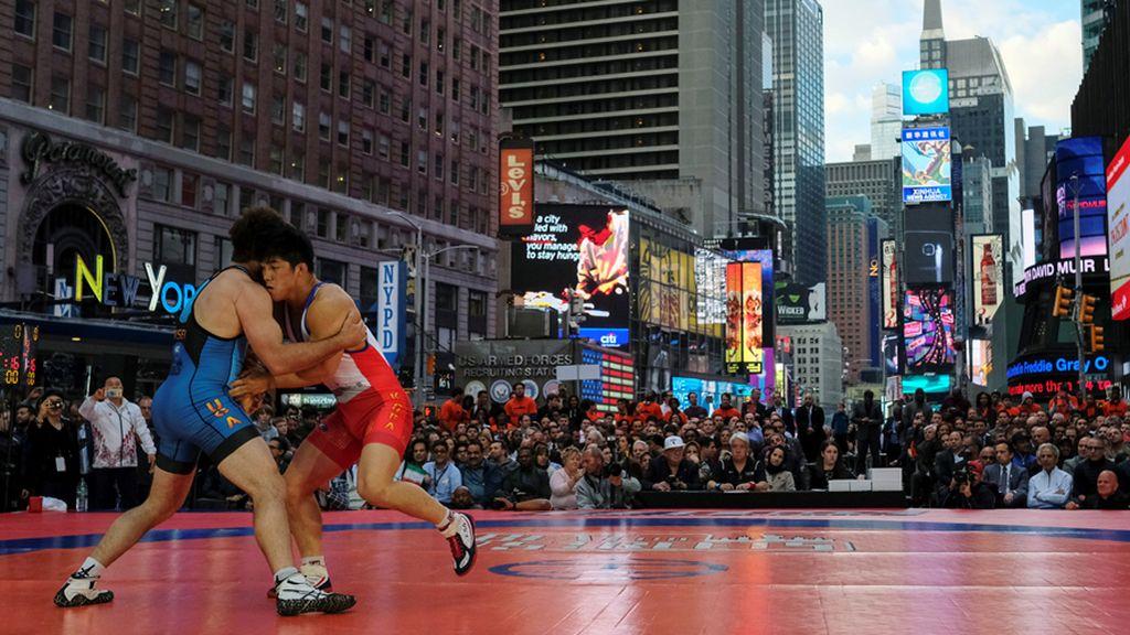 La lucha grecorromana llega a Times Square