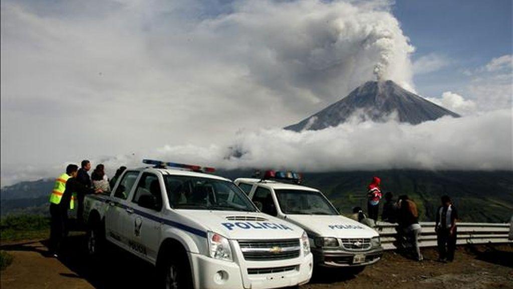 La policía restringe el paso a pobladores de Cotaló (Ecuador) debido a la situación del volcán Tungurahua en el centro de los Andes del país. EFE