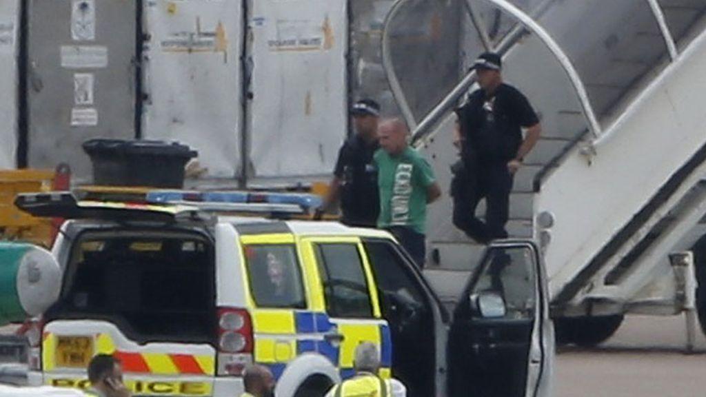 """La Policía británica arresta a un hombre por """"falsa amenaza de bomba"""" en un avión"""
