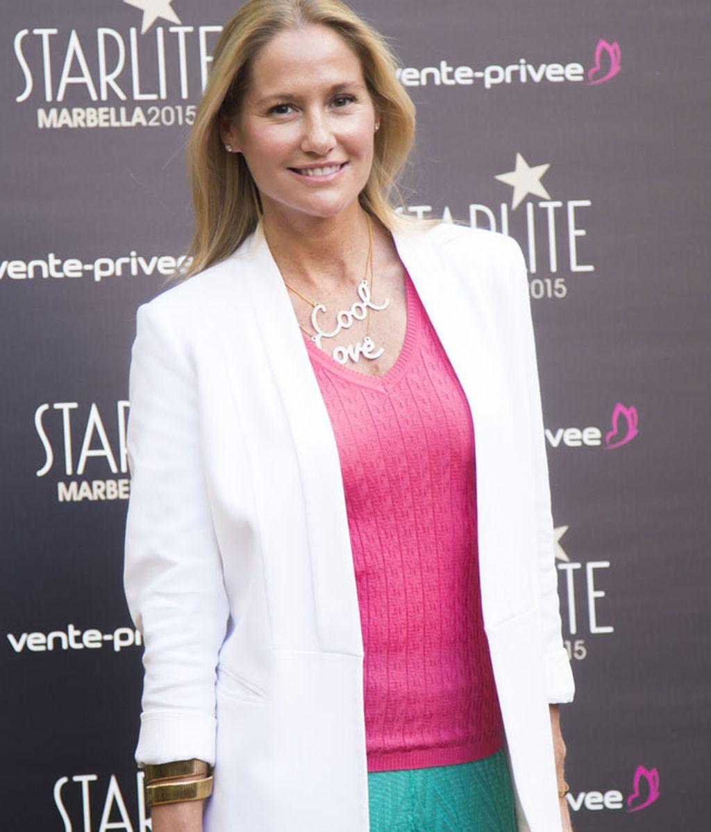 Fiona Ferrer optó por una americana blanca combinada con el rosa y el verde