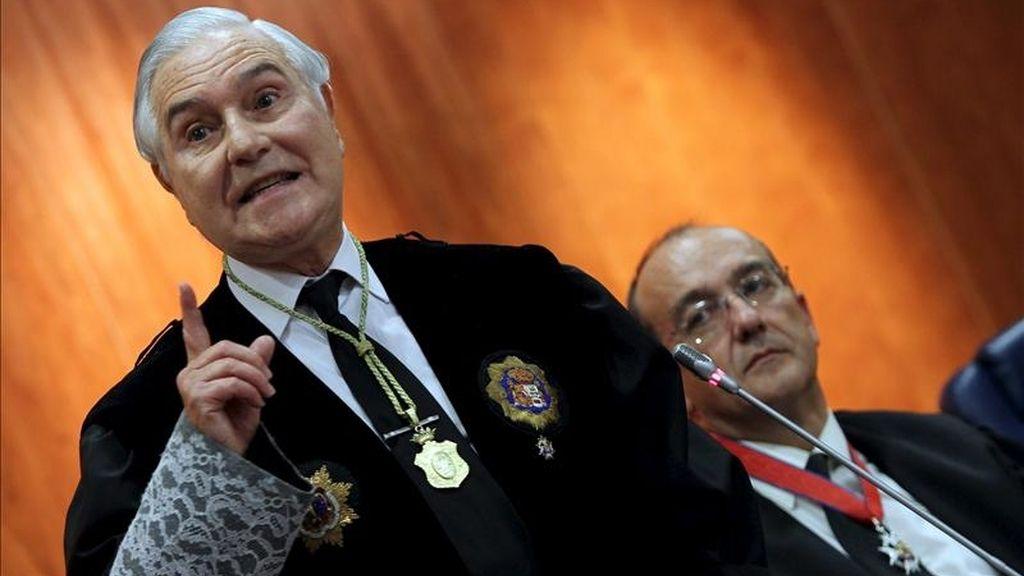 El presidente del Consejo General del Poder Judicial (CGPJ) y del Tribunal Supremo, Carlos Dívar (d). EFE/Archivo