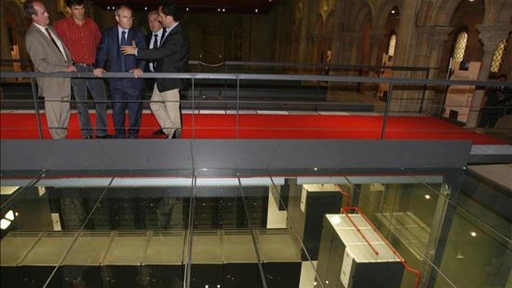 """El presidente de la Generalitat, José Montilla (c), durante la visita que realizó en 2006 a las instalaciones de la supercomputadora """"Mare Nostrum"""", que se utiliza para la investigación universitaria. EFE/Archivo"""