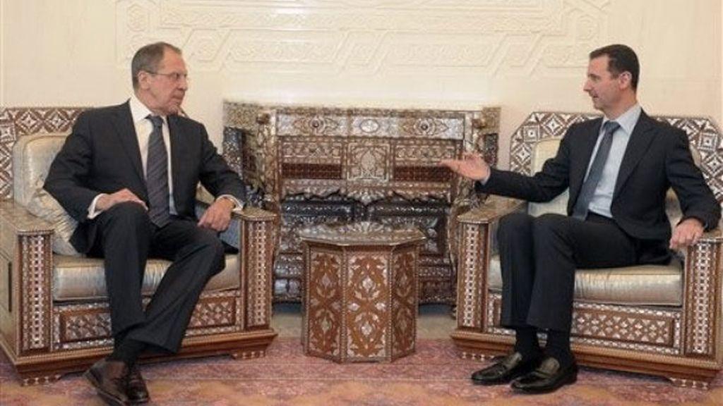 El presidente sirio Bashar Assad y el ministro ruso de Exteriores, Sergei Lavrov, durante el encuentro que han mantenido en Damasco