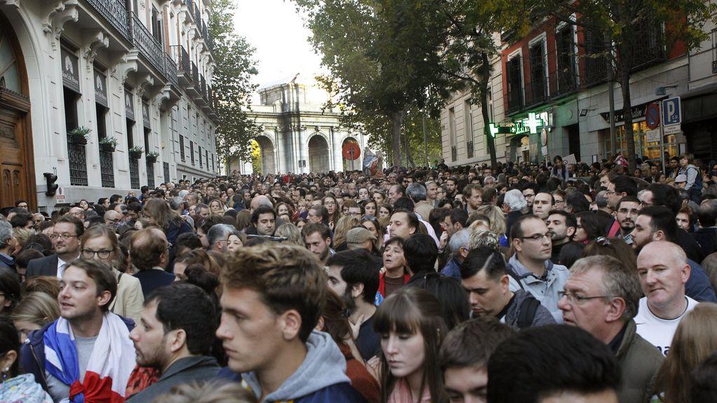 Minuto de silencio ante la embajada francesa en Madrid
