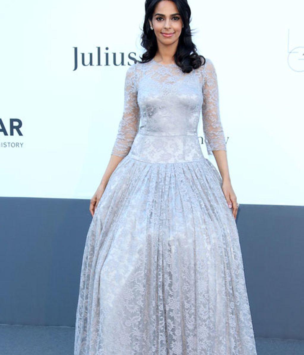 Mallika Sherawat llevó un vestido de encaje gris
