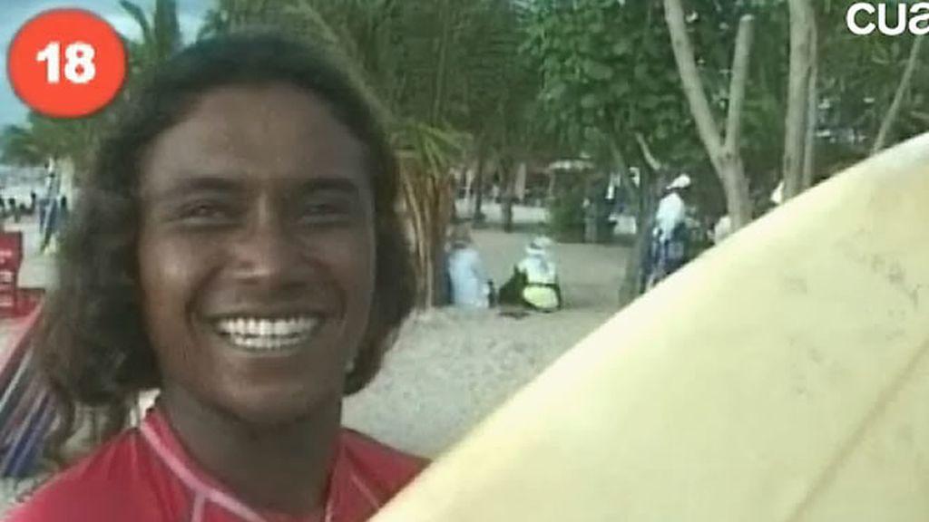 Uno de los guapos surfistas indonesios