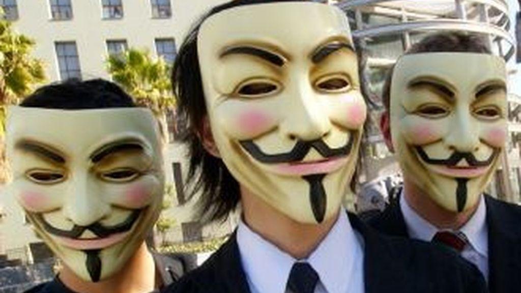 El grupo Anonymus declaró la guerra virtual a la entidades y organismos que se desvincularon del portal WikiLeaks después que este publicó los cables con información clasificada sobre el espionaje de EEUU.