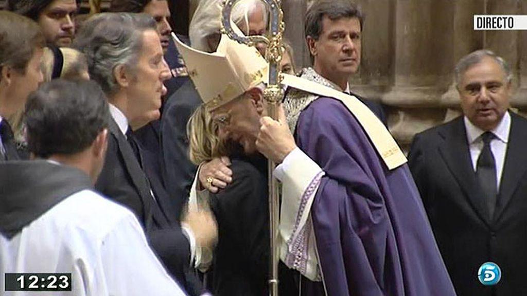 El cardenal Carlos Amigo consuela a Eugenia