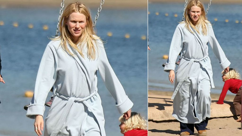 Naomi Watts en vez de toalla utiliza albornoz en la playa