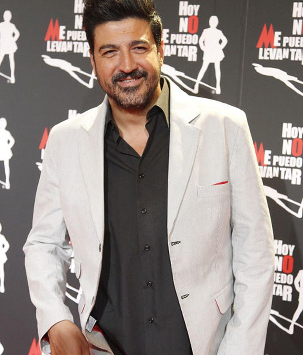 Tony Aguilar llevó una chaqueta clara y camisa negra