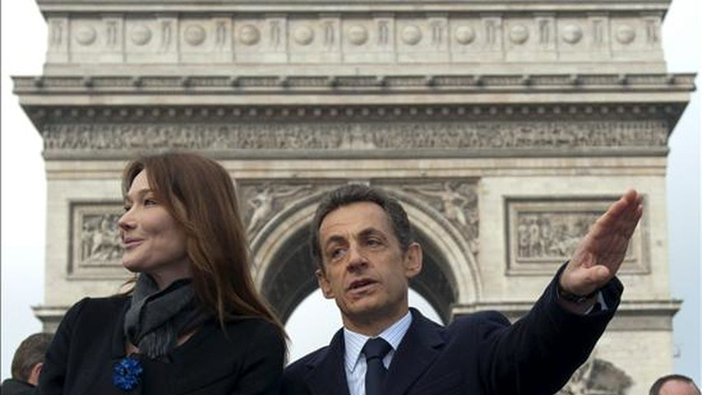 El presidente francés, Nicolás Sarkozy (dcha), y su esposa, Carla Bruni (izda) asisten a una ceremonia de conmemoración del 91 aniversario del armisticio que puso fin a la Primera Guerra Mundial, frente al Arco del Triunfo en París, Francia, el miércoles 11 de noviembre. EFE