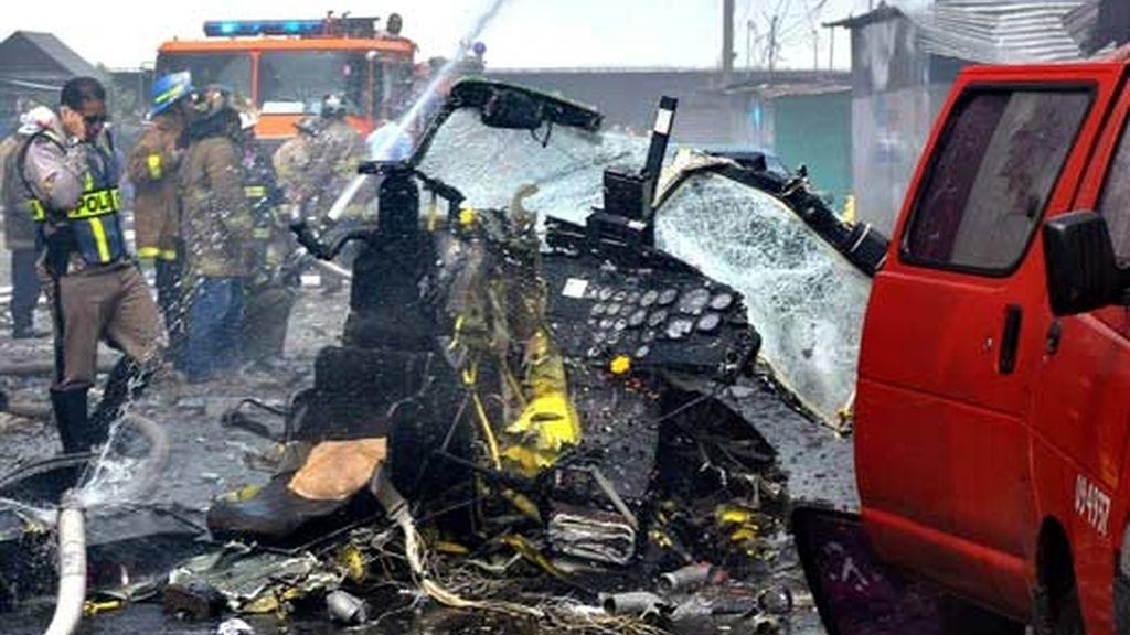 Bomberos acuden al lugar donde se accidentó el helicóptero en el que viajaba el general director de Carabineros de Chile. Vídeo: Informativos Telecinco.