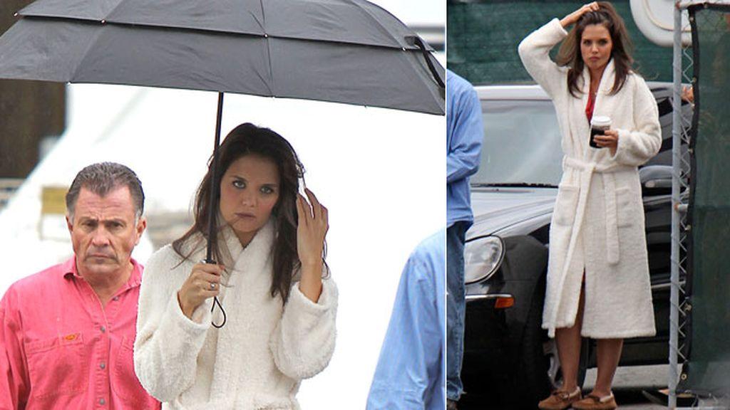 Katie Holmes con albornoz y mal tiempo