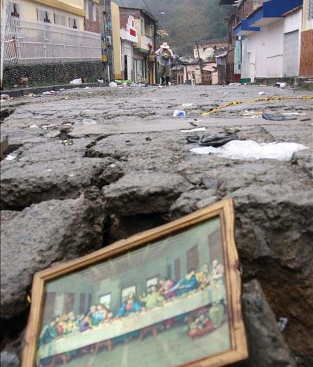 Un habitante del municipio colombiano de Gramalote camina por una calle de esta población colombiana tras las intensas lluvias que han afectado a la zona. EFE/Archivo