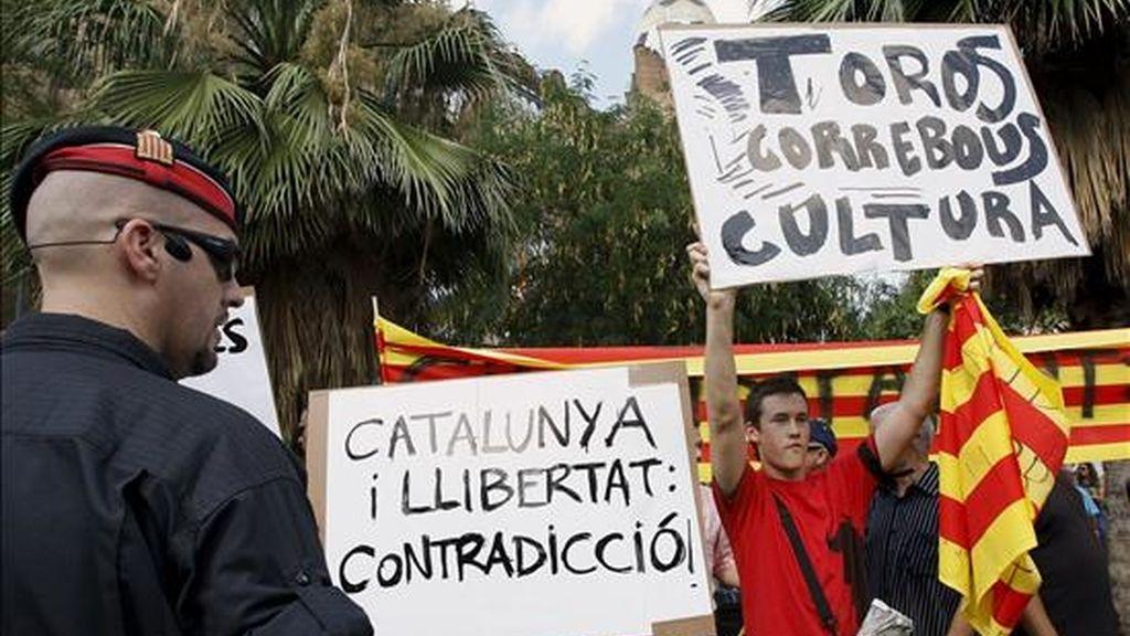 Un grupo de aficionados a los festejos con pancartas frente a la Monumental de Barcelona, donde taurinos y antitaurinos intercambiaron insultos e improperios. EFE/Archivo