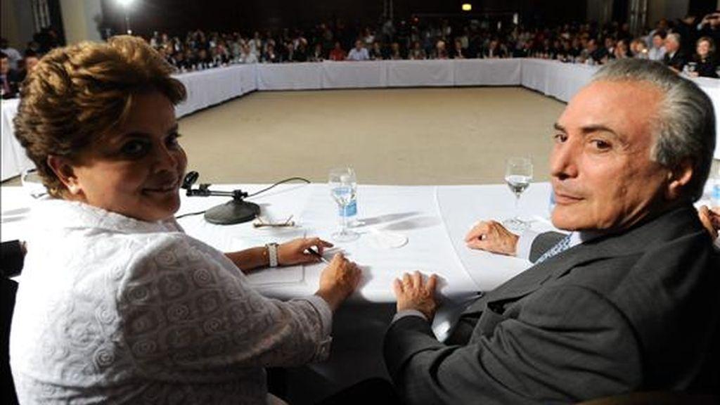 """El vicepresidente, Michel Temer (d), admitió que """"está todo suspendido hasta que haya diálogo entre todos los partidos de la base aliada"""" al Gobierno de Rousseff, quien recibió la Presidencia el pasado sábado de manos de Luiz Inácio Lula da Silva. EFE/Archivo"""