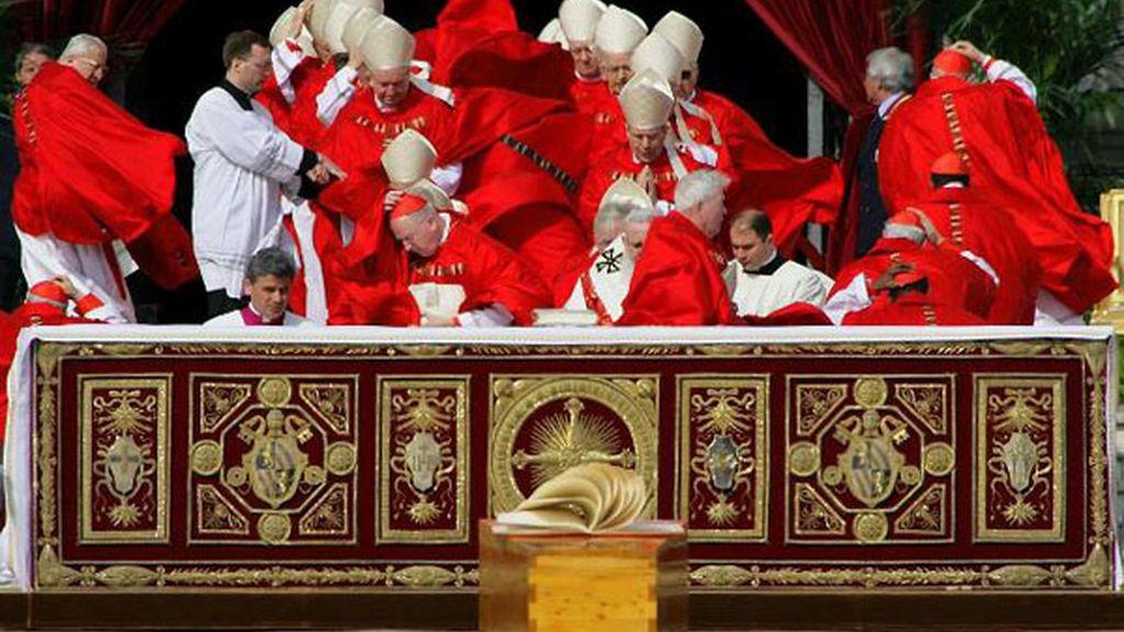 El viento sopla entre los Cardenales en el entierro de Juan Pablo II en el Vaticano