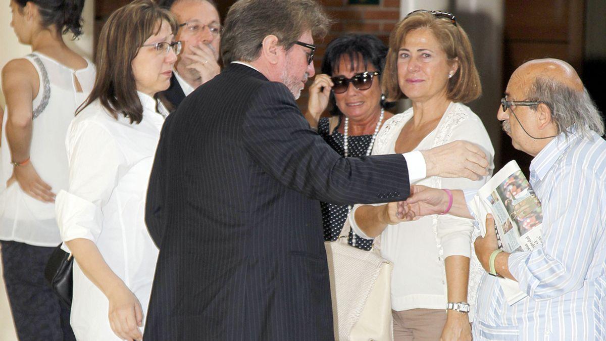 El marido de Concha García Campoy saluda al ex marido de la periodista