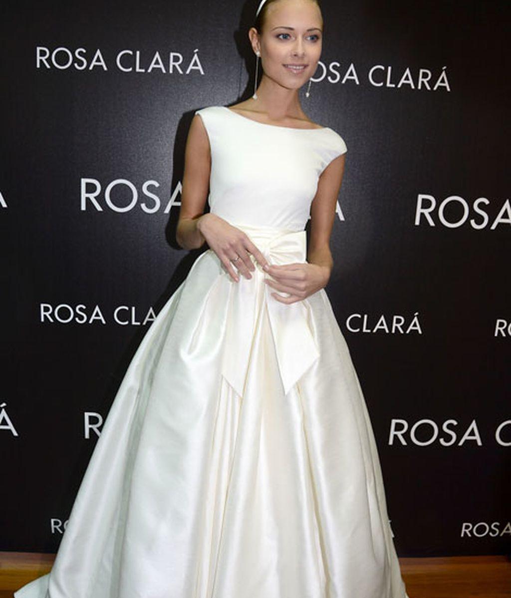 Ha posado encantada, vestida de blanco