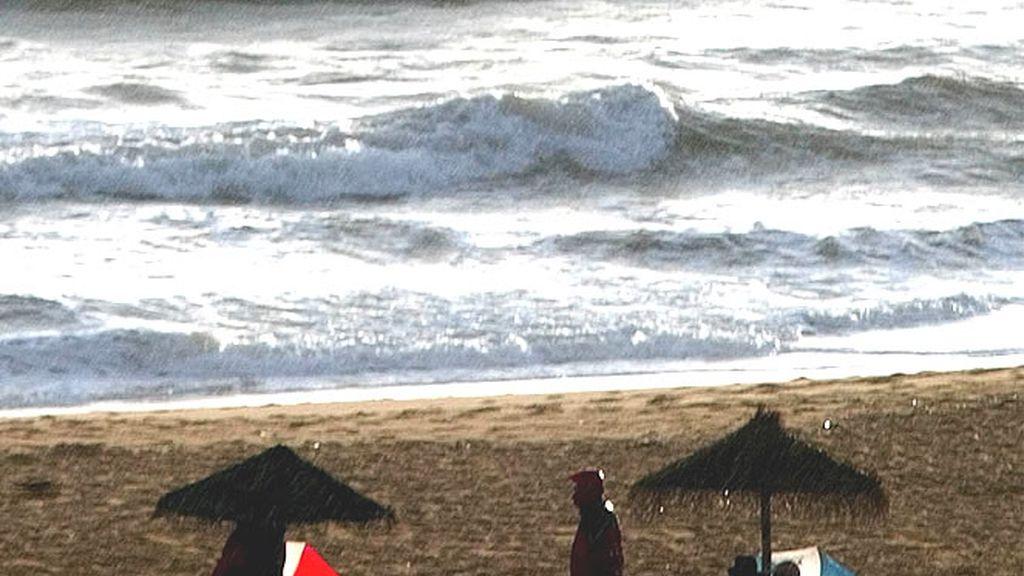 Dos turistas en una playa ubicada en la región del Algarve, en Portugal