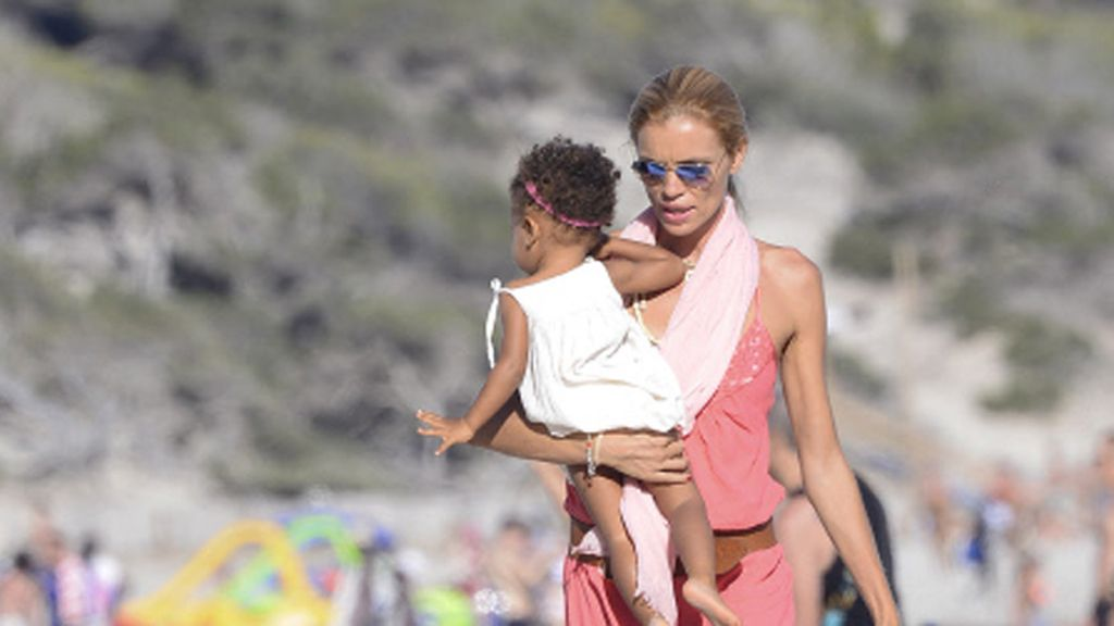Esther Cañadas disfruta del verano con su hija Galia en Ibiza