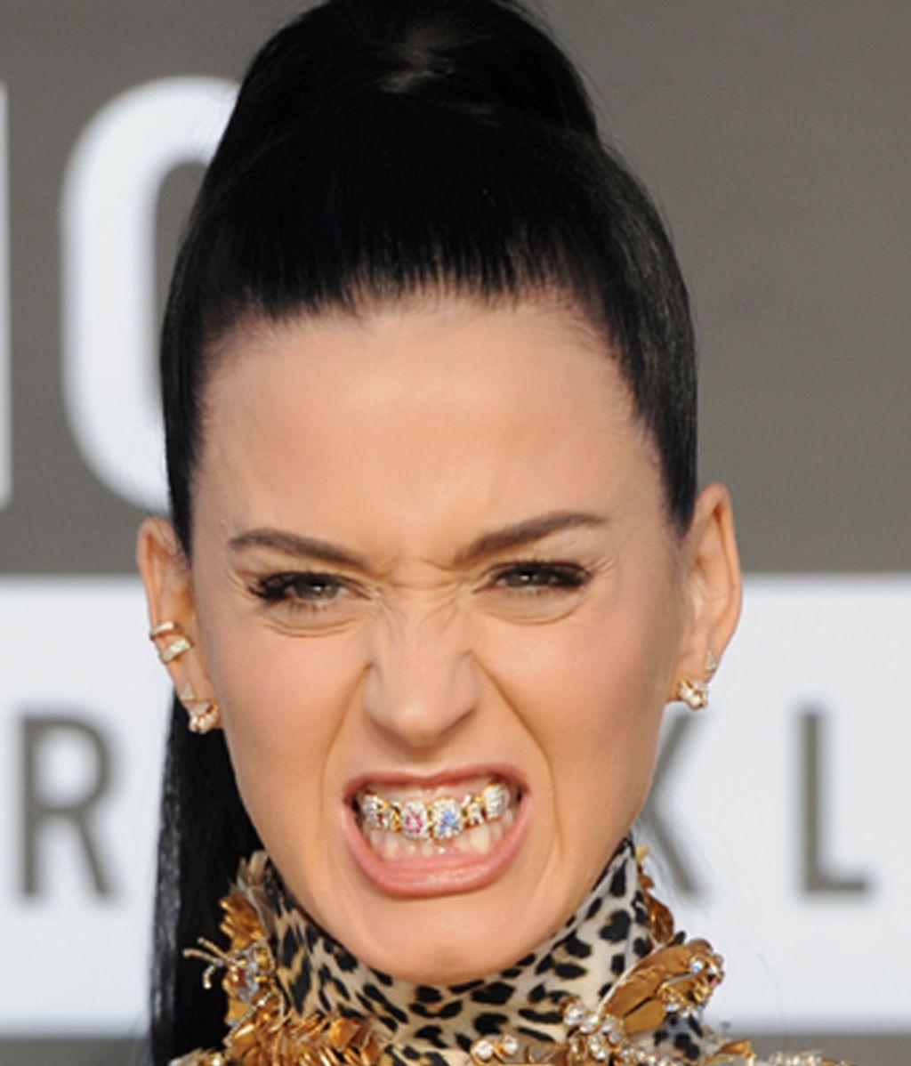 La cantante Katy Perry, luciendo dentadura durante los MTV Video Music Awards