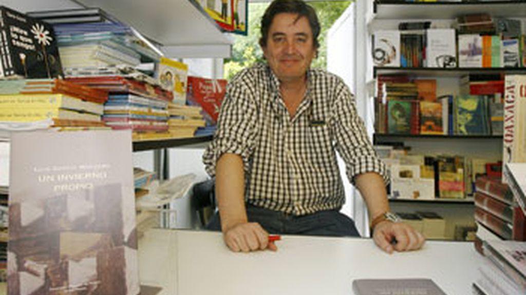 El poeta Luís García Montero junto a su último libro 'Un Invierno Propio' FOTO: EFE