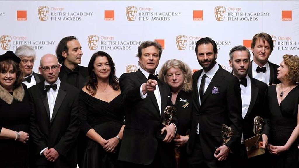 """El actor británico Colin Firth (C) posando con su premio BAFTA de la Academia Británica de Cine por su papel en """"El discurso del rey"""" junto al equipo de la película hoy en la ceremonia celebrada en Londres. EFE"""