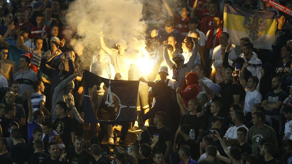 Se suspende el Serbia-Albania por una batalla campal entre jugadores y afición