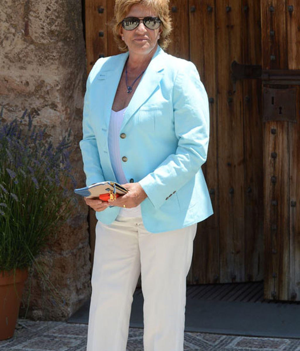 Chelo García Cortés acudió vestida con tonos claros