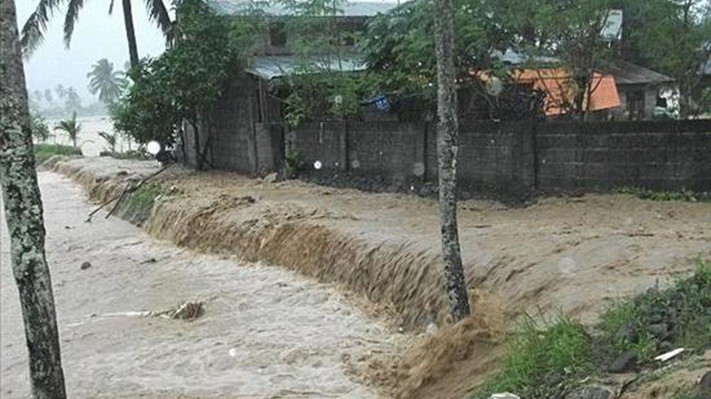 Fotografía del pasado 3 de enero en la que se registraron corrientes de agua mientras arrasaban la población de St Bernard, en la provincia de Leyte del Sur (Filipinas). El Consejo Nacional para la Gestión de Desastres filipino mantiene en 450.000 la cifra de personas damnificadas. EFE