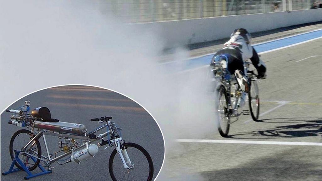 Francois Gissy subido en una bicicleta propulsada por cohetes